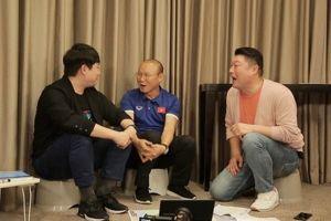 HLV Park Hang Seo đỏ mặt giải thích về nụ hôn với Văn Quyết