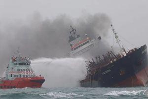 Video cứu hộ tàu chở dầu treo cờ Việt Nam bốc cháy ngoài khơi Hong Kong