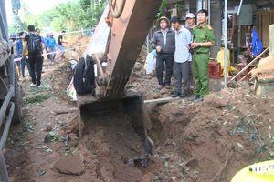 Đào trúng bom gây nổ, nhiều nhà dân hư hỏng nặng