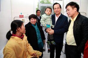 Bộ trưởng Đào Ngọc Dung tặng quà cho bệnh nhi tại BV Mắt Hà Đông và BV K -Tân Triều