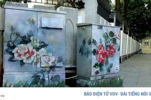 Người Hà Nội thích thú với '12 mùa hoa' trên những tủ điện công cộng