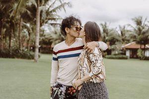 Chuyện showbiz: Khánh Thi siêu ngầu, ngọt ngào 'khóa môi' chồng trẻ