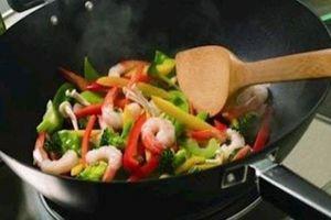 Đừng tưởng nấu ăn tại nhà là an toàn, ung thư sẽ ghé đến nếu chị em nấu sai cách