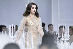 Tái xuất làm vedette, Hà Hồ 'náo loạn' sàn diễn với váy xuyên thấu