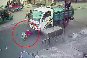 Bị xe chở rác cuốn vào gầm, người phụ nữ thoát chết thần kỳ