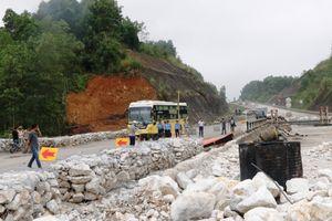 Tai nạn giao thông gây sự cố công trình cầu Ngòi Thủ trên cao tốc Nội Bài - Lào Cai