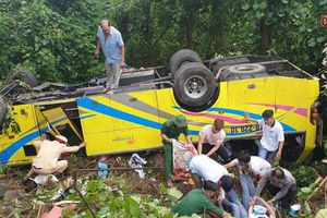 Thông tin mới nhất về vụ xe khách lao xuống vực ở đèo Hải Vân