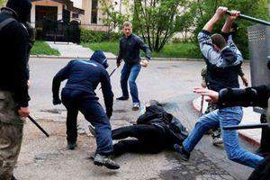 Mâu thuẫn khi hát karaoke, nhóm thanh niên đánh nạn nhân liệt 2 chân