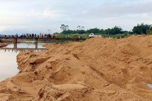 Chính quyền cho nạo vét cát, người dân phản đối
