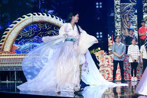 Hoa hậu Tiểu Vy 'nhập vai' đến nỗi rơi cả mic trên sân khấu Táo Xuân