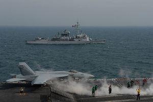 Cận cảnh khu trục hạm Pháp và tàu sân bay Mỹ vừa vào vịnh Ba Tư