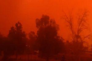 Bão bụi quét qua, nhuộm bầu trời Australia đỏ như màu máu
