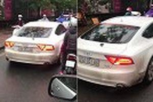 Audi A7 chạy lấn làn, bị ép lùi ở Hà Nội