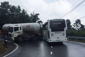 Xe bồn tông xe khách, cấm phương tiện qua đèo Hải Vân