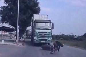 CLIP HOT (10/1): Hai con hổ nhận cái kết 'đắng' khi tấn công sếu, kỹ năng né xe container khi tham gia giao thông