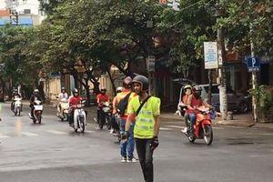 Xử phạt nhóm phượt thủ chặn ngã tư để trăm xe máy băng qua
