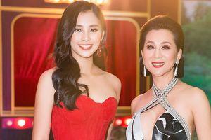 Hoa hậu Tiểu Vy khoe vai trần với váy đỏ rực, đọ sắc MC Kỳ Duyên