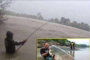CLIP HOT (11/1): 2 người bị đâm chết vì tranh cãi giá điện thoại Vertu, đứng giữa dòng nước lũ câu cá trê khổng lồ