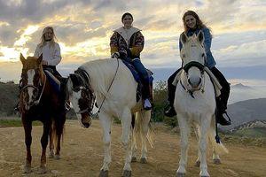 Selena Gomez xinh xắn, cười rạng rỡ khi đi cưỡi ngựa cùng bạn bè