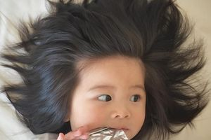 Bé gái một tuổi nổi tiếng, làm người mẫu nhờ mái tóc dày đến khó tin