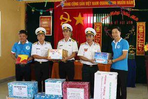 Những món quà Tết làm ấm lòng người lính đảo Trường Sa