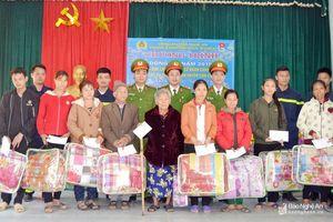 Hoạt động tặng quà cho học sinh và người nghèo ở các huyện miền núi