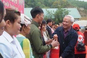 Phó Chủ tịch Quốc hội Uông Chu Lưu cùng bà con vùng lũ Thanh Hóa đón Tết sớm