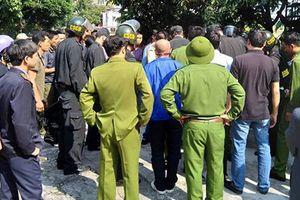 Cảnh sát khống chế ông bố 'ngáo đá' bế con đi giữa đường Hà Nội