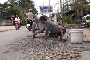 Người dân vá đường hư hỏng, Bộ trưởng Nguyễn Văn Thể có hay?