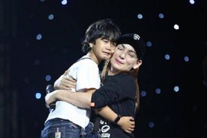 Phi Nhung vừa hát vừa khóc nghẹn trên sân khấu Mai Vàng 2018