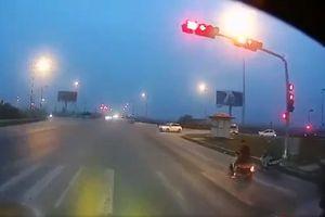 Cho xe phóng vào đầu ô tô rồi bắt tài xế xuống giải quyết, nam thanh niên gây bức xúc vì cố tình 'dàn xếp' tai nạn
