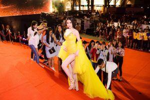 Học Trường Giang cầu hôn trên truyền hình, Thư Dung dù không được mời nhưng mang fan đến 'càn quét' thảm đỏ Mai Vàng