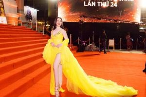 Làm khách không mời mà đến, Á hậu Thư Dung trơ trẽn khoe chân dài, đọ sắc mỹ nhân Việt