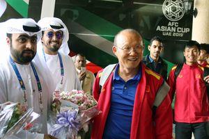 HLV Park Hang Seo cười tươi cùng ĐT Việt Nam 'cập bến' Al Ain