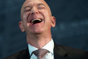 Tỷ phú Bezos và người tình vẫn ở bên nhau dù mối tình bí mật bị bại lộ