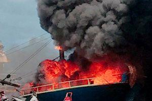 Tàu vỏ thép cháy ngùn ngụt khi đang neo tại cảng Hòn Rớ
