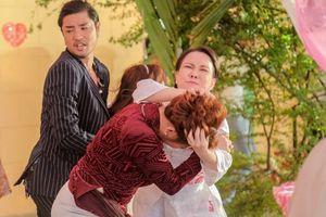 Việt Hương cực kỳ hung hãn lao vào giật tóc, đánh nhau với Lê Giang