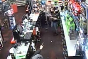 Truy xét nghi phạm dùng vật nghi súng cướp tại cửa hàng điện thoại