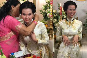 Mẹ chồng Ấn Độ đeo đầy vàng cho Võ Hạ Trâm