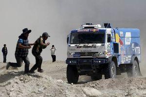 Dakar Rally 2019: Đụng khán giả rồi bỏ chạy, một tay đua xe tải bị loại