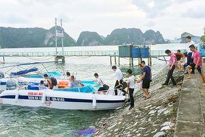 Xuồng máy mang biển số của bộ đội biên phòng chở khách 'chui' trên vịnh Hạ Long