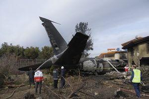 Tin mới nhất vụ rơi máy bay tại Iran: Đưa 7 thi thể ra ngoài