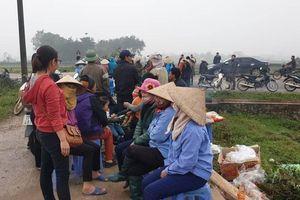 Dân vẫn 'cắm chốt' chặn xe rác, chờ Chủ tịch Hà Nội về đối thoại