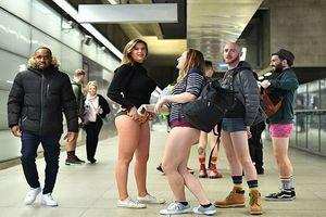 Hàng trăm người ở London, Berlin và Prague không mặc quần đi tàu điện ngầm