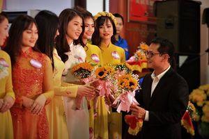 Sát ngày cưới, NSND Trung Hiếu vẫn bận rộn chấm thi người đẹp