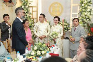 Mẹ chồng ngoại quốc của Võ Hạ Trâm bối rối khi thực hiện nghi lễ đám cưới Việt