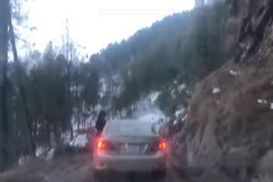 Chiếc xe rơi khỏi vách núi khi hành khách đang ngó đầu ra cửa sổ