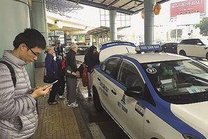Vì sao tiếp diễn tình trạng nhân viên sân bay bị cò mồi xe taxi dù hành hung?