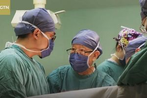 Bác sĩ 96 tuổi tay chân biến dạng vẫn cầm dao phẫu thuật
