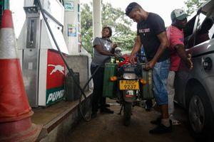 Chỉ sau 1 đêm, giá xăng ở Zimbabwe tăng 'choáng váng' gấp hơn 2 lần
